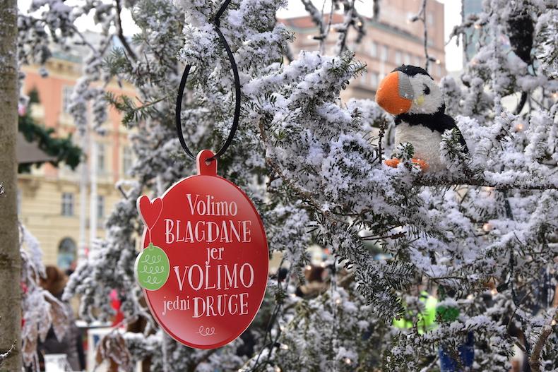 елка с искусственным снегом в центре Загреба