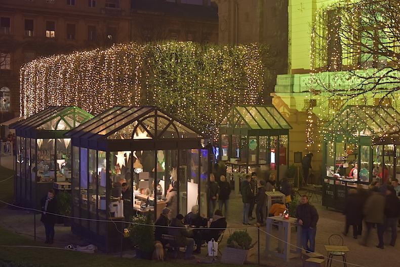 рождественские киоски и иллюминация на площади имени короля Томислава