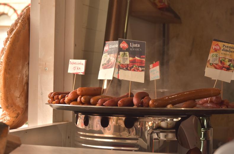 вкуснейшие хорватские сосиски на ярмарке в Загребе