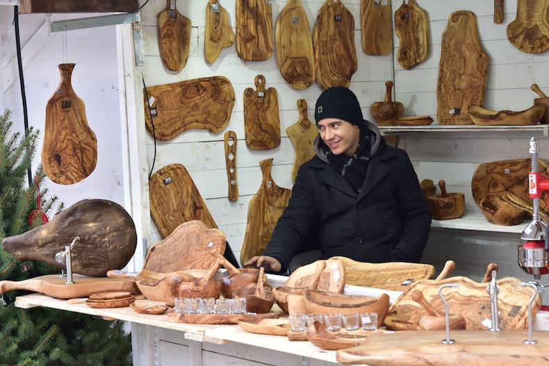посуда из оливкового дерева на ярмарке в Загребе