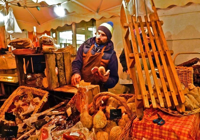 Лоток с колбасами, рождественская ярмарка, Франция