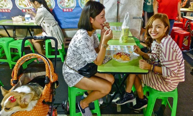 Raohe, девочки едят кокосовый рис с фруктами