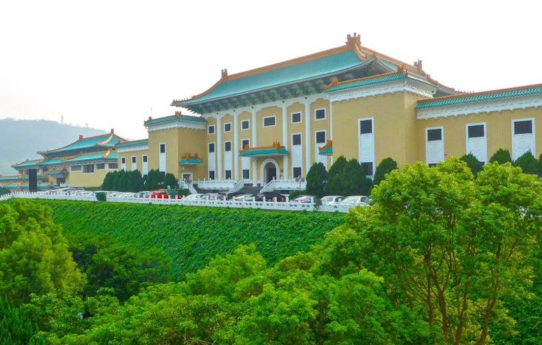 Площадь перед Национальным музеем императорского дворца. Тайвань. Тайбей