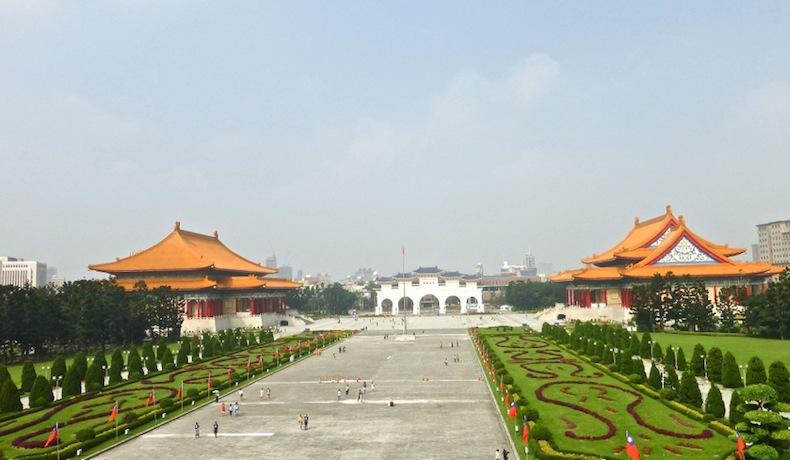 Площадь перед мемориалом Чан Кайши. Тайвань, Тайбей