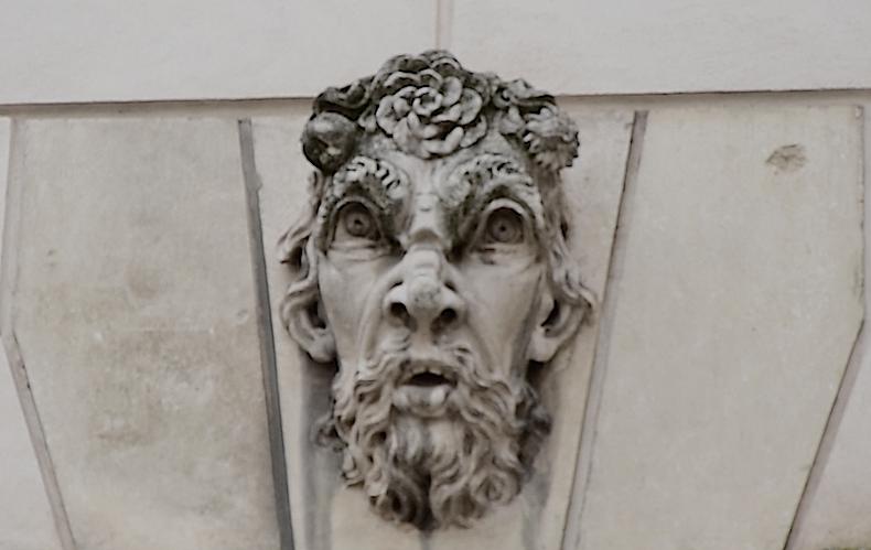 барельеф со злым лицом над аркой в Виченцы