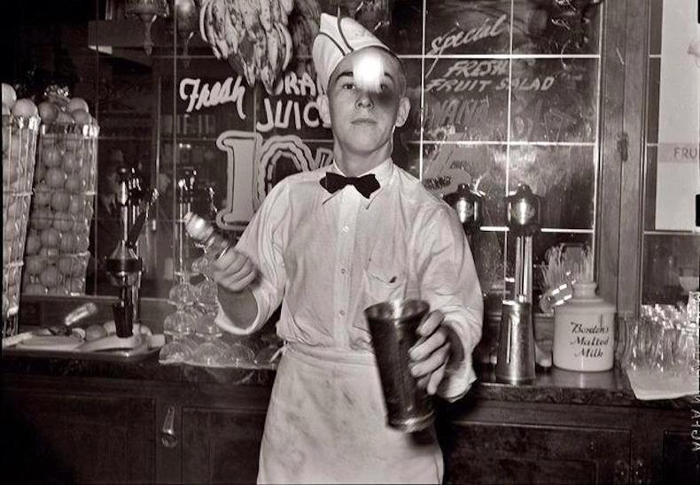 бармен в Café des Artisans