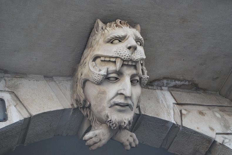 лицо над аркой в Триесте