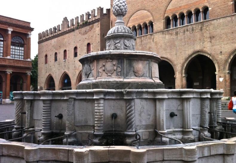 фонтан - шишка в центре Римини