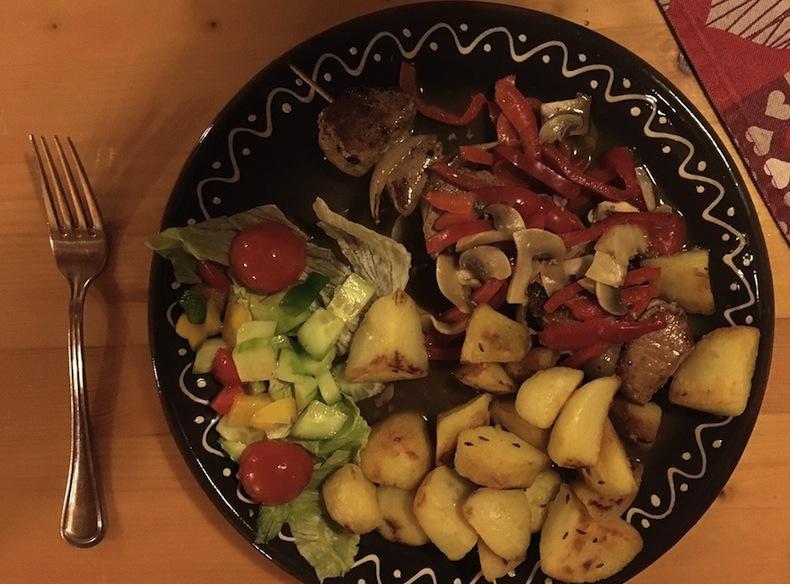 свинина на шпажке с луком и перцем