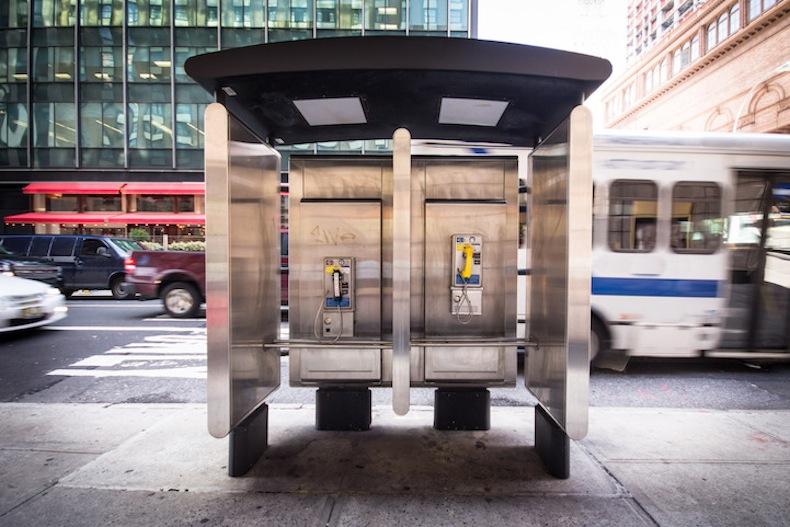 старый уличный телефон на улице Нью-Йорка