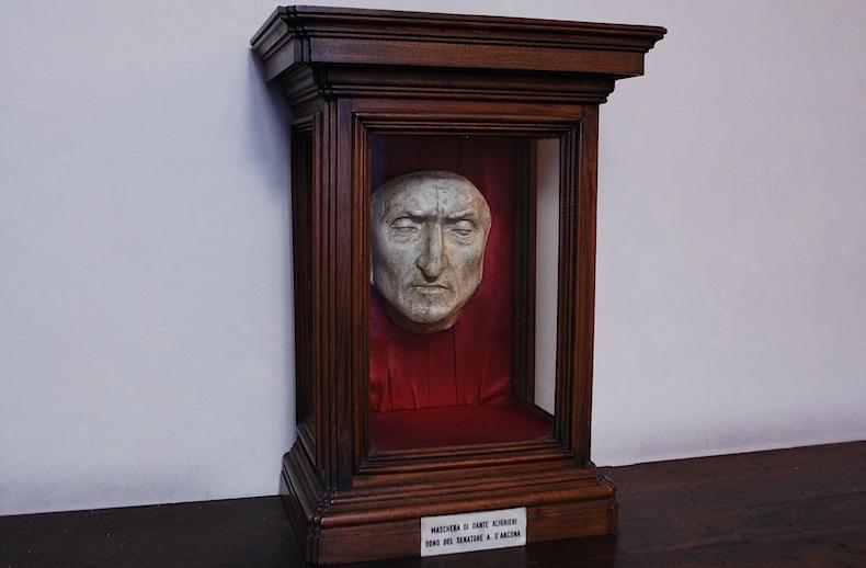 На фото: посмертная маска Данте Алигьери в палаццо Веккьо