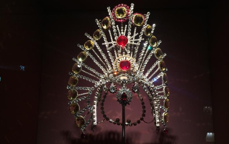 корона, созданная мастерами Swarovski