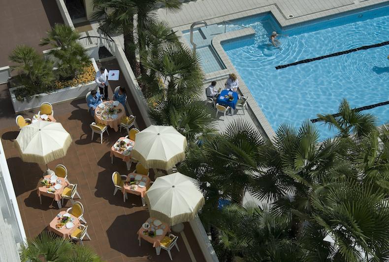 ресторан на краю термального бассейна в Hotel Metropole, Абано Терме