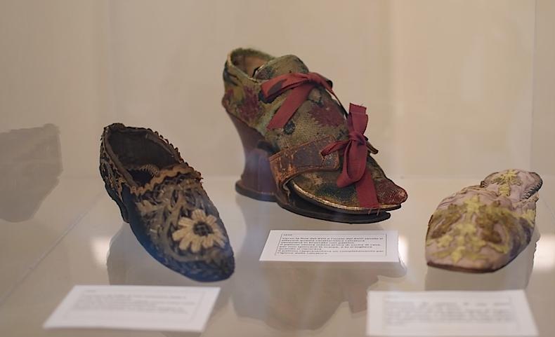 старинные венецианские туфли, в центре - модель slap-sole shoes