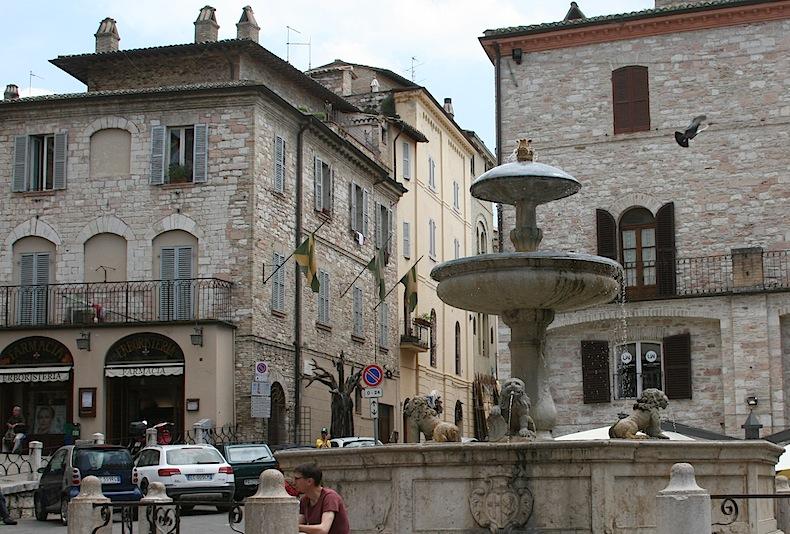 Пьяцца дель Комуне (Piazza del Сomune) площадь Миневры