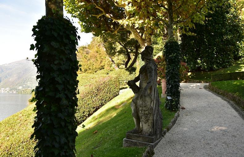 статуи в саду виллы Балбианелло (Villa del Balbianello)