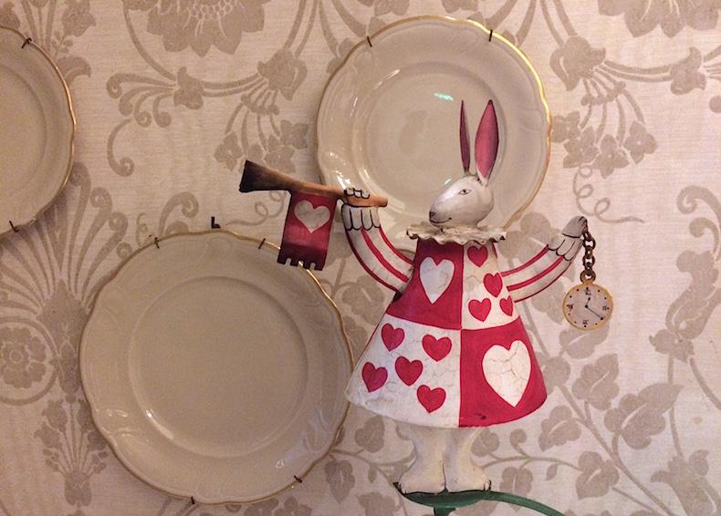 фигурка кролика в ресторане отеля Château Monfort