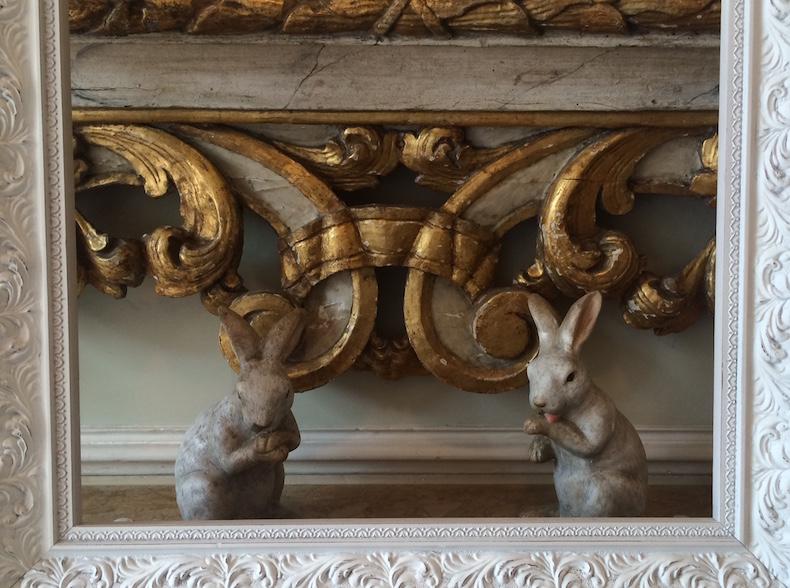 Hotel_Chateau_Monfort кролики в рамке в вестибюле