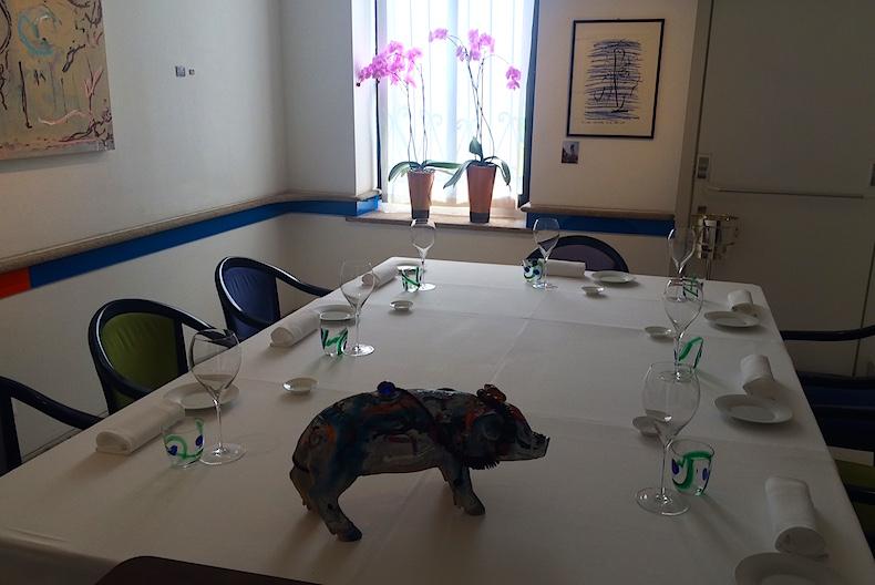 IL Lungo di Aimo e Nadia оформление столов напоминает арт-инсталляции,