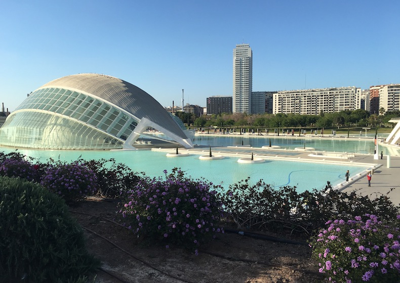здание L'Hemisfèric Город искусства и наук