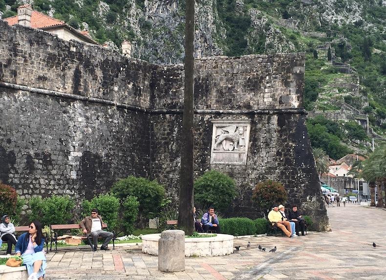 барельеф с Венецианским львом на крепостных стенах города