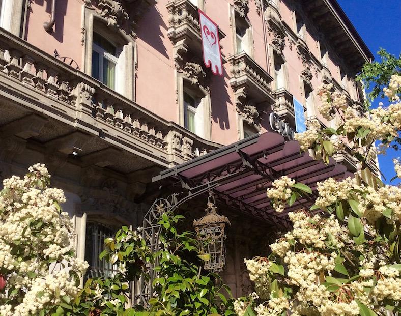 вход в миланский отель Château Monfort