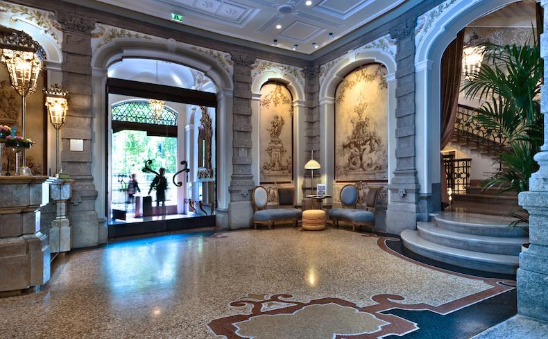 вестибюль отеля Château Monfort