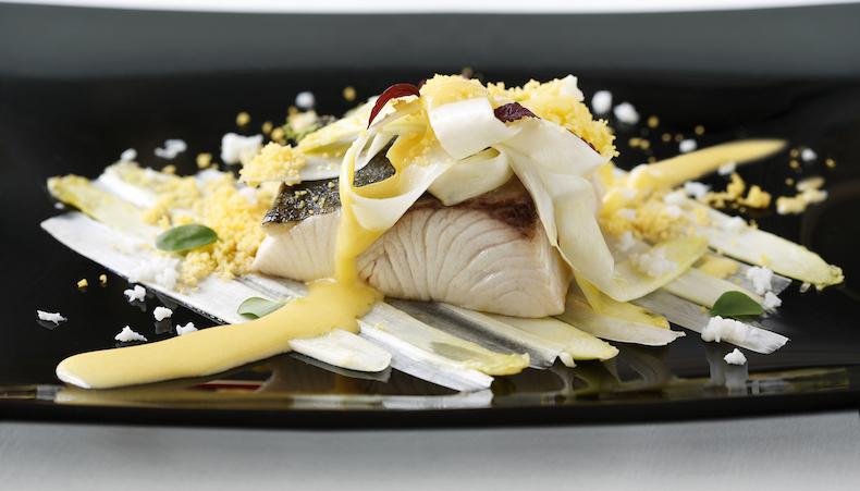рыба Амберджек со спаржей и яйцом
