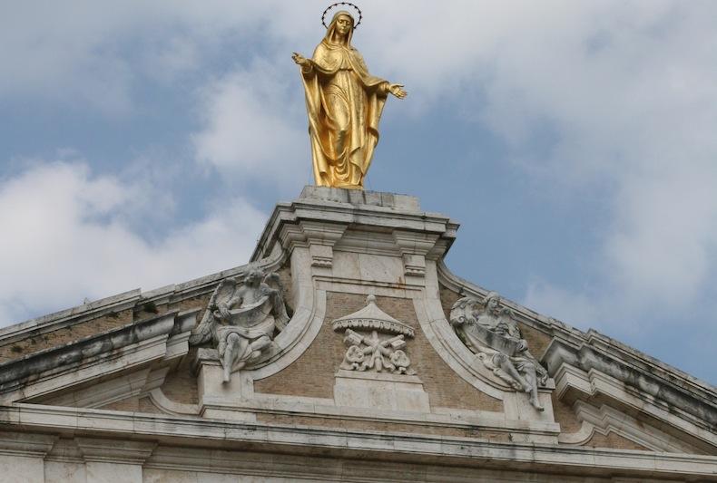 статуя Девы Марии (высота 7,5 м) из позолоченной бронзы