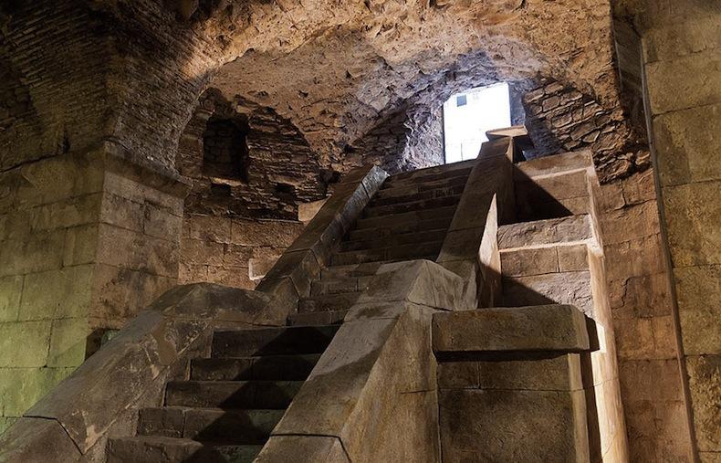 лестницу в подвале дворца Диоклетиана построили специально для съемок Игр Престолов