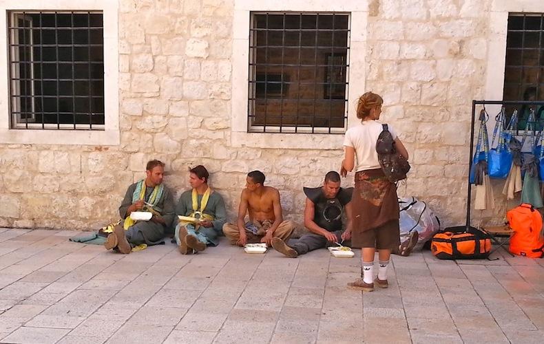 """съемки """"Игр престолов"""" в старом городе Сплита, Серый червь обедает, сидя на мостовой"""