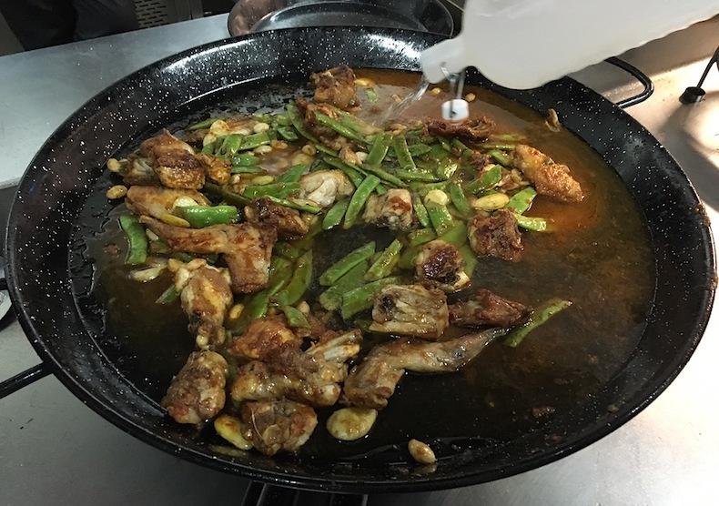 Залейте смесь из обжаренного мяса и овощей водой, ее потребуется много – получившийся бульон должен доходить до края сковороды.