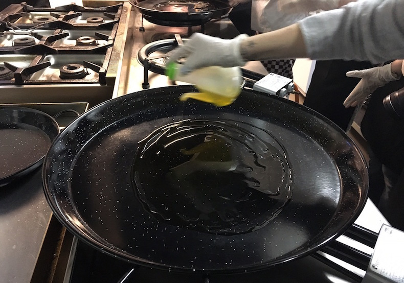 Разогрейте на сковороде оливковое масло