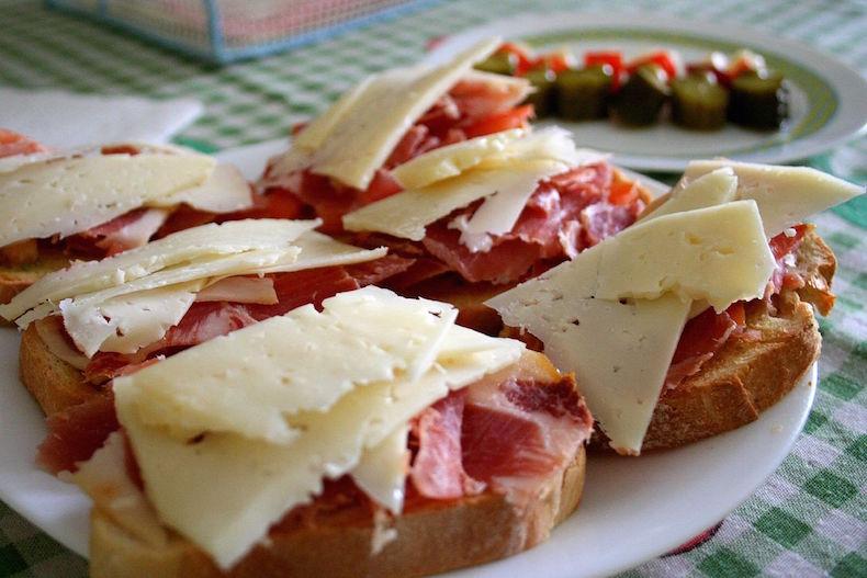 тапас с сыром, хлебом и хамоном