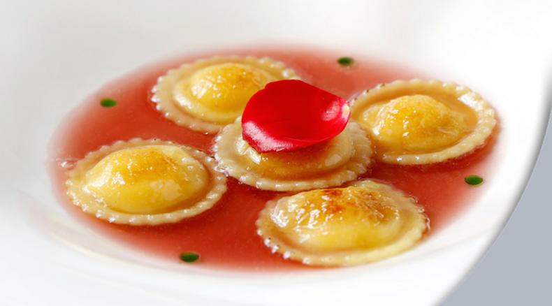 равиоли с лимоном и соусом из лепестков роз