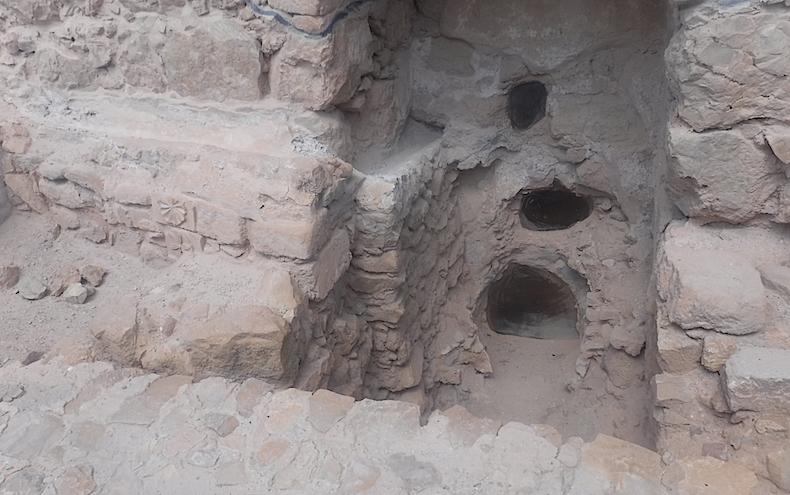 отверстия, через которые в царские бани подавалась вода