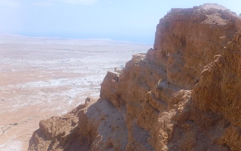 скала Масада с тремя ярусами дворца Ирода