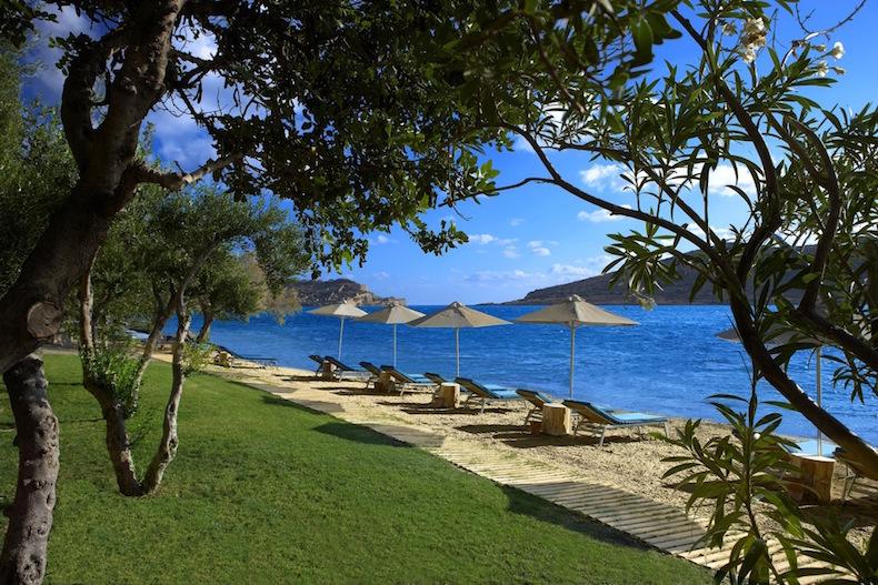 Пляж отеля с газоном, тамариском, оливковыми деревьями