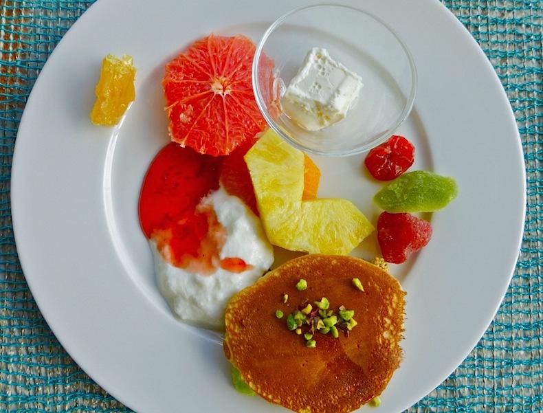 """Завтрак в отеле Murat Reis Ayvalik, в стеклянной тарелки сливки с """"тянучкой"""""""