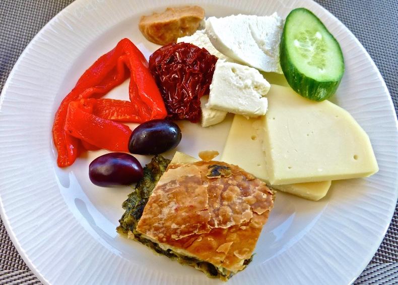 Сыры, маринованый перец и пирог с хортой на завтраке в Blend