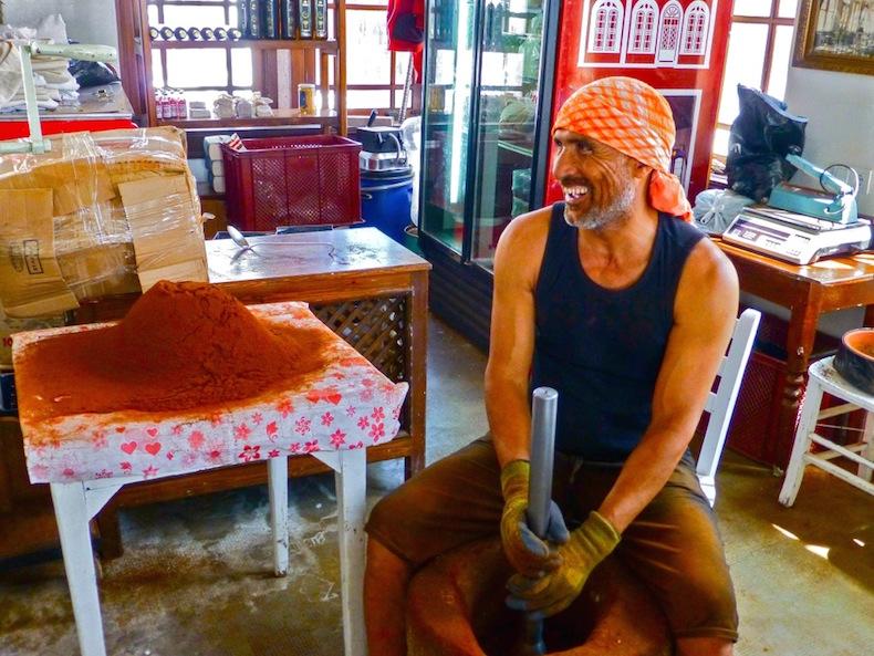 В Taş Kahve сидит похожий на пирата дядька в бандане, который вручную молет кофе в выдолбленном камне с помощью тяжеленной металлической толкушки.