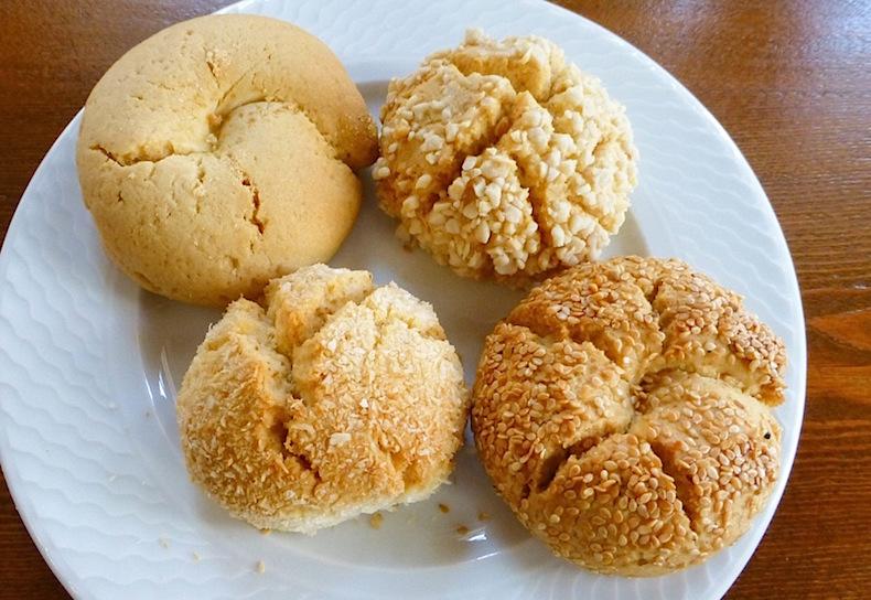 Курабье и печенье с кунжутом в Karadeniz pastanesi