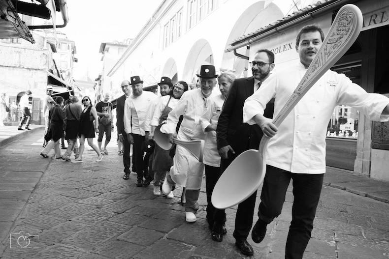 шефы Spoon бегут по улице с ложками