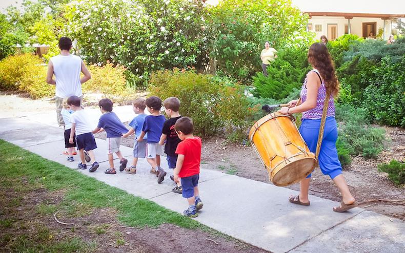 дети на прогулке в кибуце