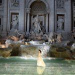 Сладкая жизнь Fendi: показ на фонтане Треви