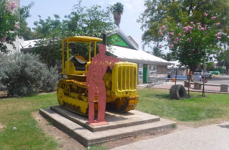 трактор на входе в кибуц Degania Alef