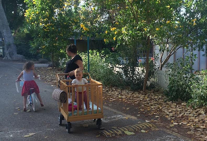 детишки на улице кибуца Sha'ar HaGolan
