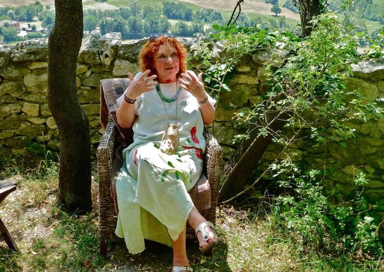 Лора Гуэрра в саду своего дома