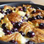 Рецепт для завтрака:  ягодный пирог из кусочков круассанов