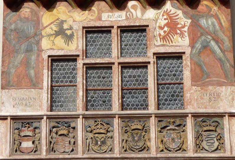 фамильные гербы на фосаде дома с золотой крышей, инсбрук